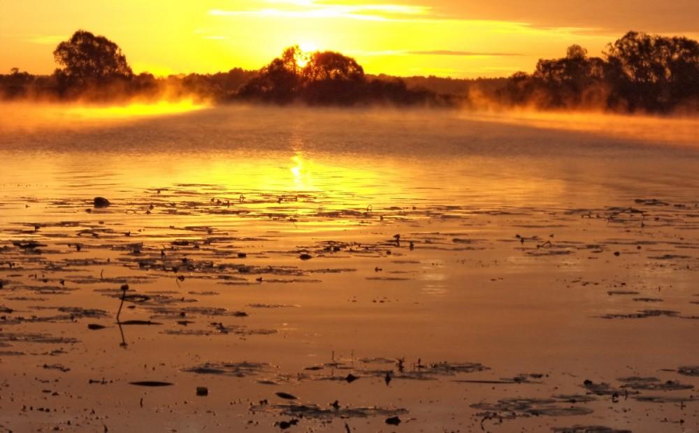 восход река